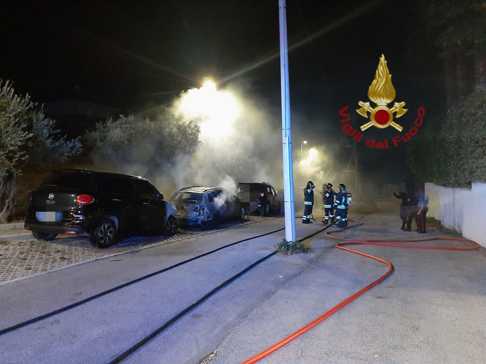 Montesilvano, 9 auto incendiate: rinvenuta bottiglia incendiaria-FOTO