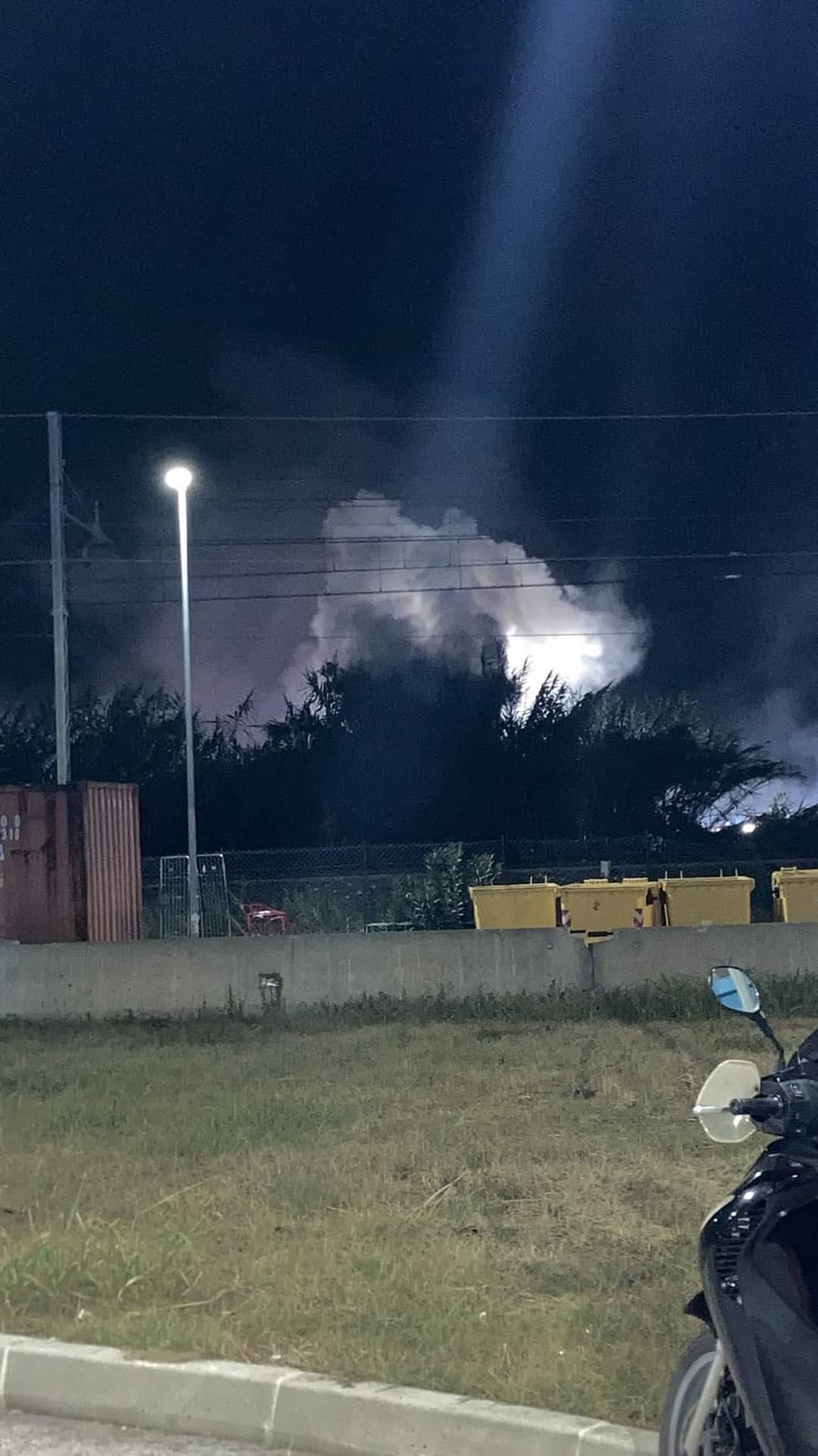 Roseto, in fiamme un canneto: scintilla forse partita da un treno FOTO