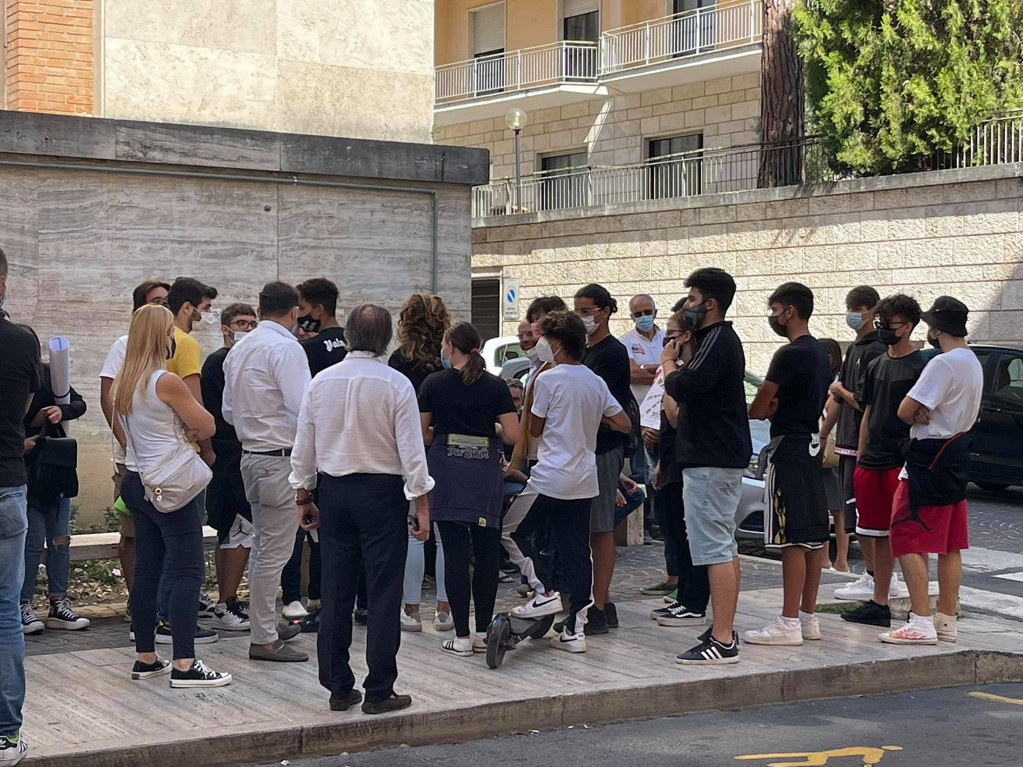 """Teramo, l'Alessandrini-Marino protesta sotto la sede della Provincia: """"Al Pascal non ci andiamo"""" FOTO VIDEO"""