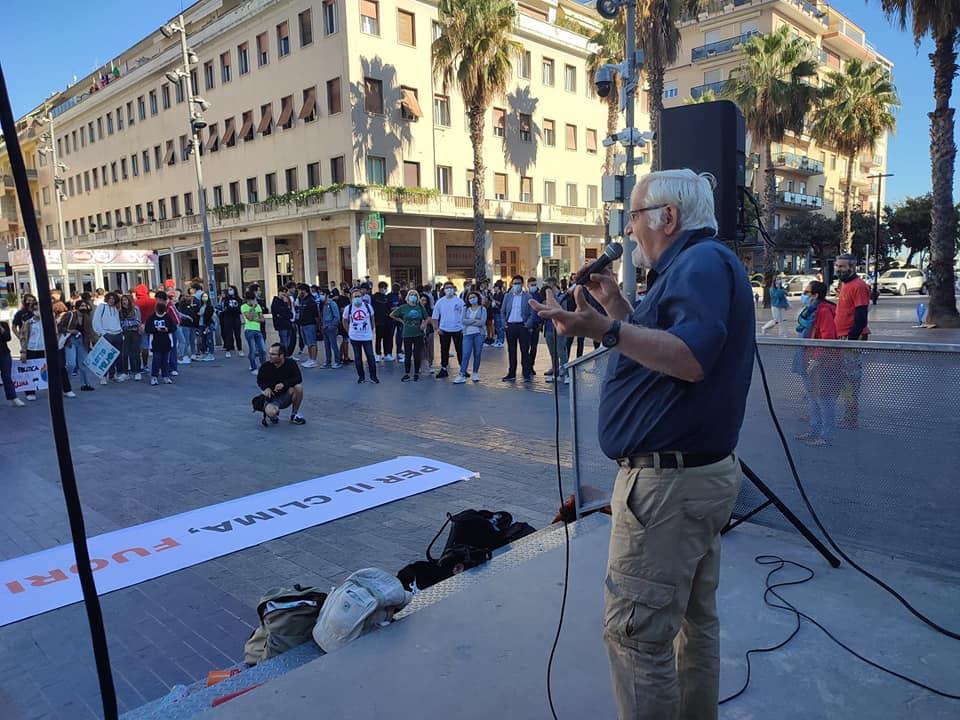 Pescara, ragazzi in piazza Salotto per il Friday For Future-FOTO