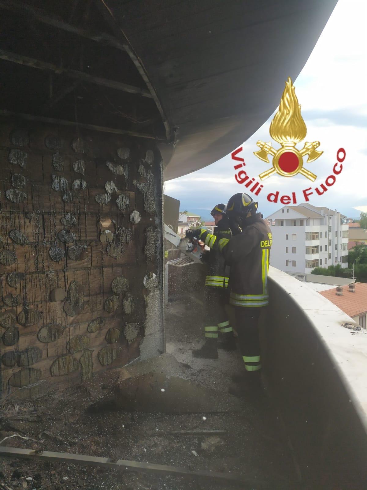 Pescara, incendio alle Torri Camuzzi VIDEO-FOTO