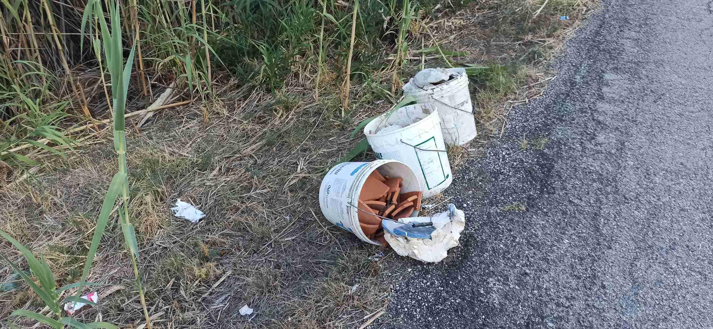 Tortoreto, rifiuti abbandonati in via Vascello FOTO