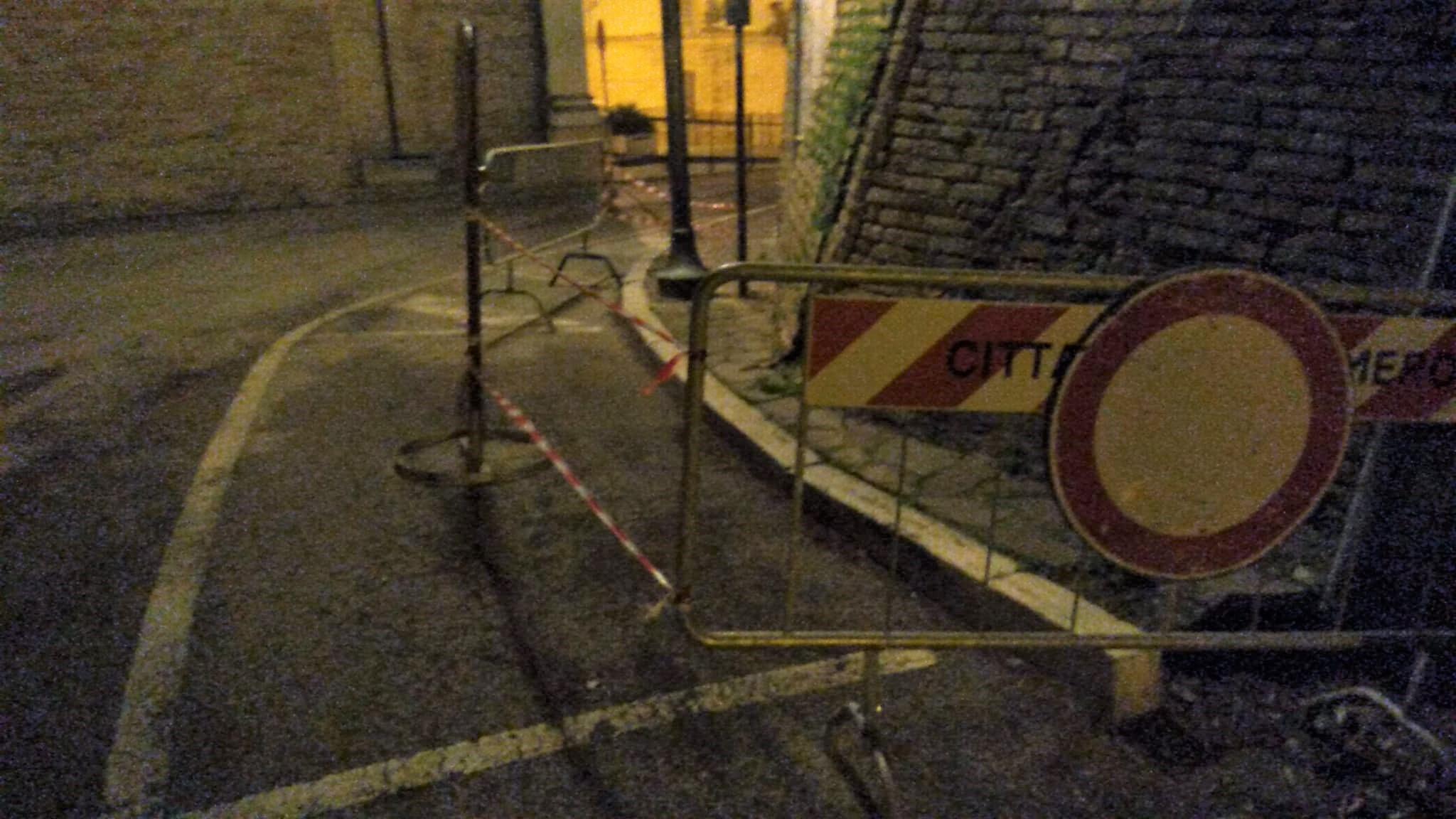 Sant'Omero, tetto pericolante nel centro storico. La minoranza: cosa è stato fatto? FOTO