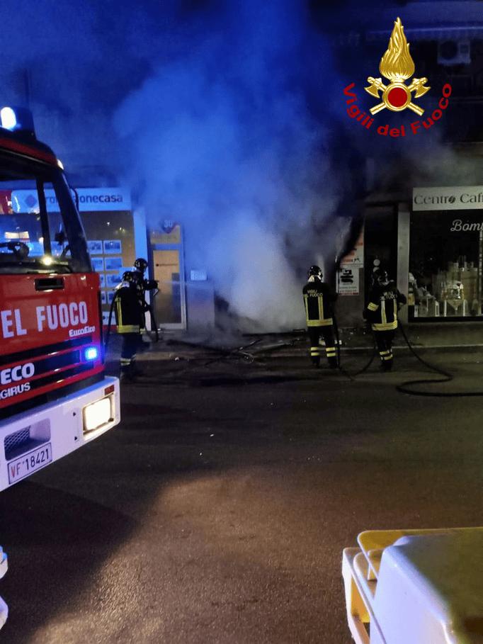 Pescara Colli, negozio a fuoco: palazzo evacuato nella notte VIDEO-FOTO