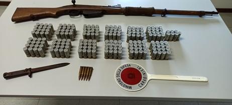 Abbateggio, arrestato con armi e munizioni da guerra: evade per andare al bar