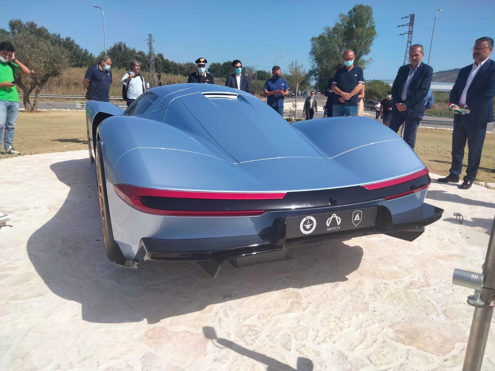 Controguerra, l'auto elettrica più veloce abbellisce la rotonda stradale FOTO VIDEO