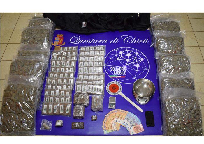 Pescara, arrestato con 25 chili di droga in casa