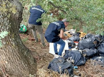 Montesilvano Colle, rifiuti industriali scaricati tra gli alberi: denunciati in 2