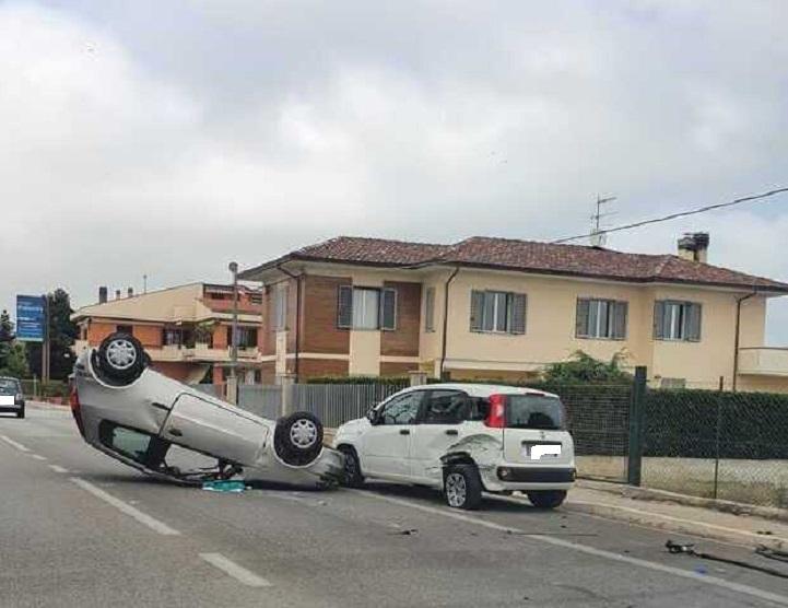 Cologna, auto si ribalta dopo scontro sulla Statale