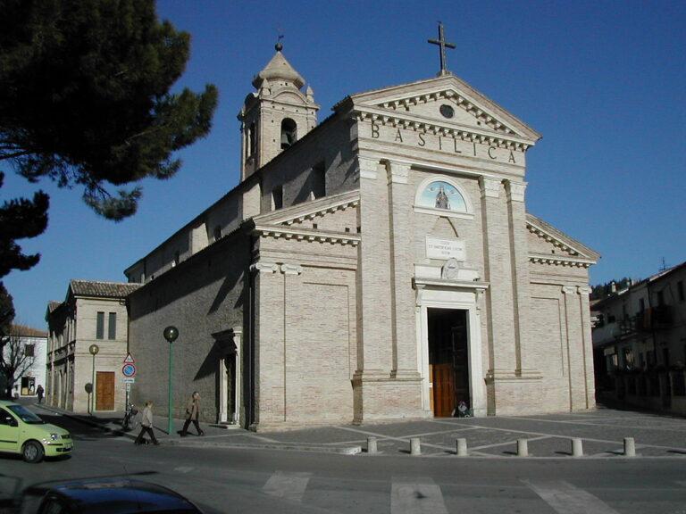Pescara, No Vax irrompono durante la messa senza mascherina: caos e arresti alla Madonna dei Sette Dolori
