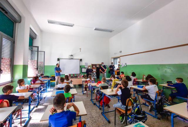 Fossacesia, la Polizia nella scuola primaria: donati diari ai bambini delle quarte