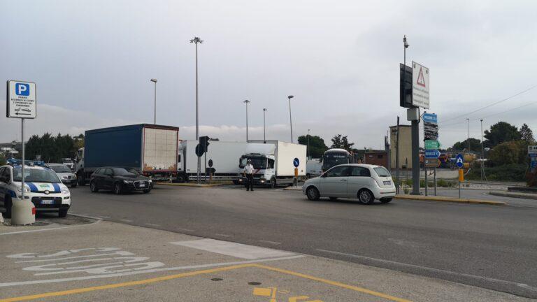 Traffico in tilt, mattinata da incubo per gli automobilisti sulla ss16 e sulla statale 80