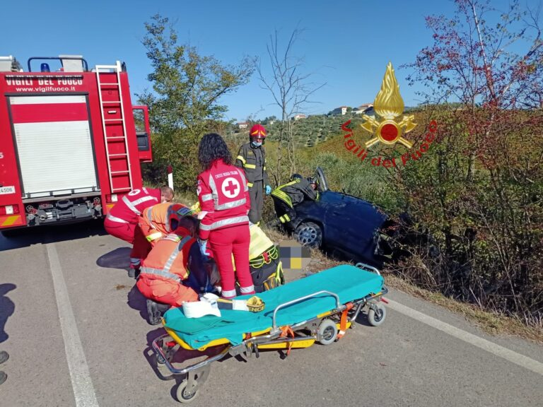 Pescara, auto fuori strada a Moscufo: conducente estratto dai vigili del fuoco