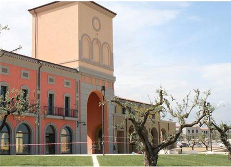 Città Sant'Angelo: Confesercenti e Confcommercio contro i vaccini all'Outlet Village