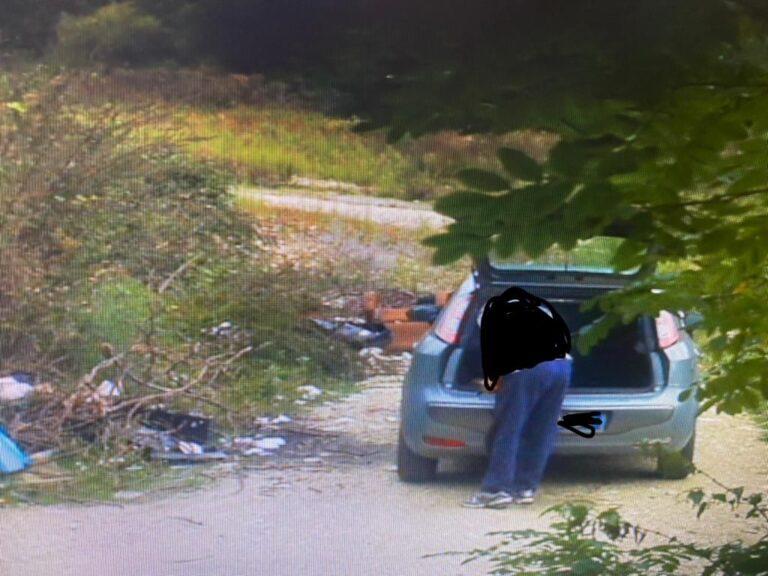 Teramo, abbandonano rifiuti: incastrati dalle fototrappole FOTO