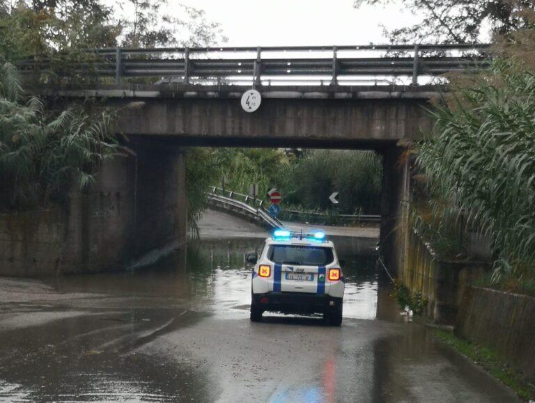 Maltempo, strade e sottopassi allagati con i primi temporali