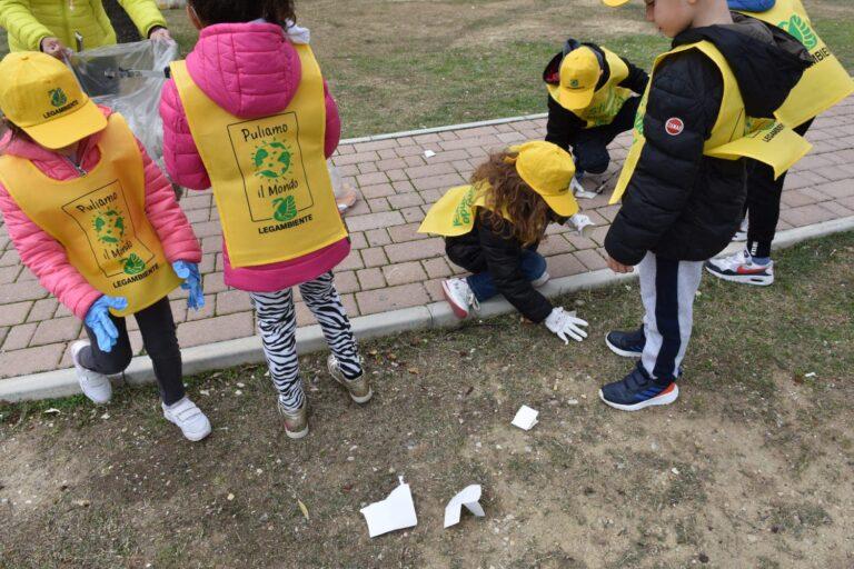 Tortoreto, giornata del dono: i bambini puliscono i parchi FOTO