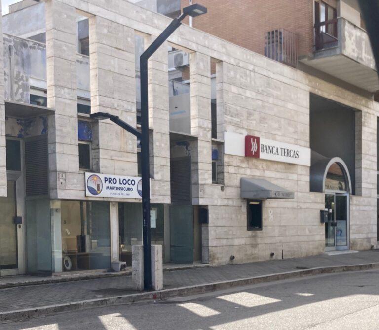 Martinsicuro, tentata rapina davanti alla banca: donna ferita